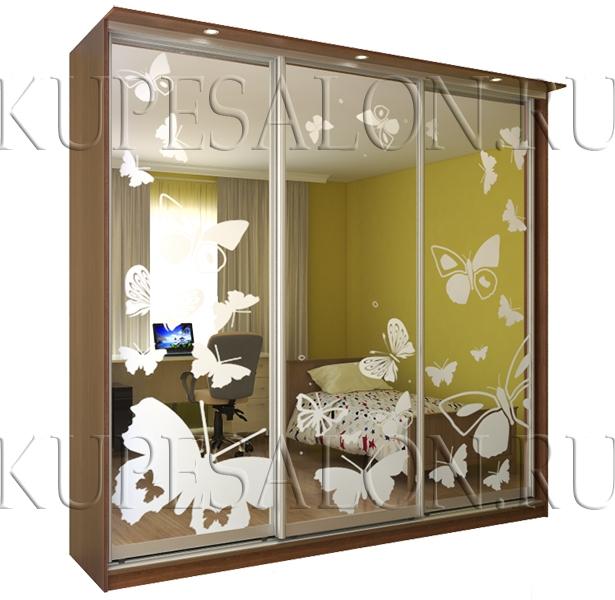 трехдверный шкаф купе с пескоструйным рисунком в спальню фото