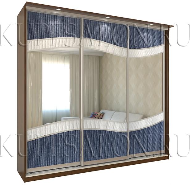 красивый трехдверный шкаф купе с ротангом и зеркалом